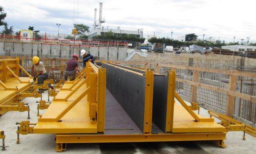 installation de moules de poutre sur un chantier